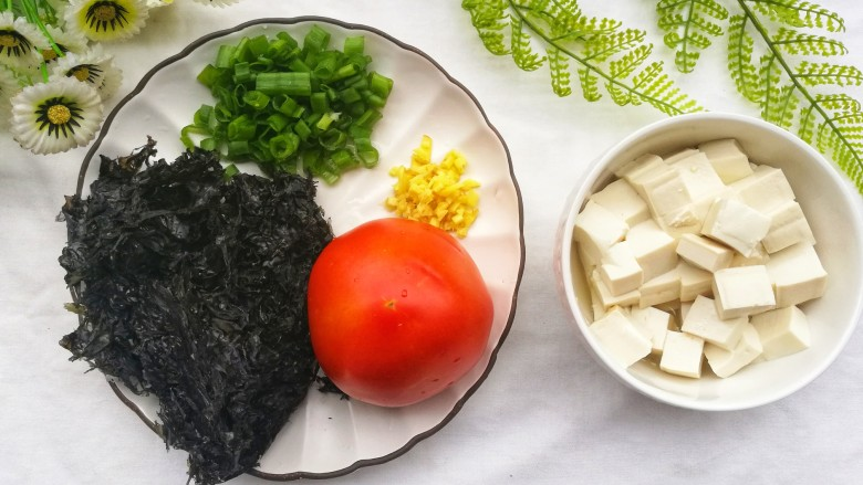 紫菜番茄豆腐汤,<a style='color:red;display:inline-block;' href='/shicai/ 273'>紫菜</a>泡水洗净,嫩<a style='color:red;display:inline-block;' href='/shicai/ 465'>豆腐</a>切小块。