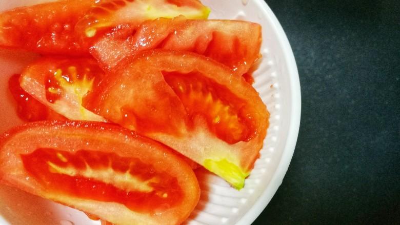 紫菜番茄豆腐汤,炒锅倒入西红柿炒出汤汁。