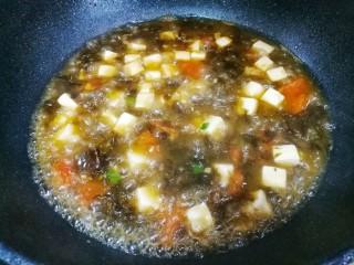紫菜番茄豆腐汤,加少许盐,淋入香油即可。