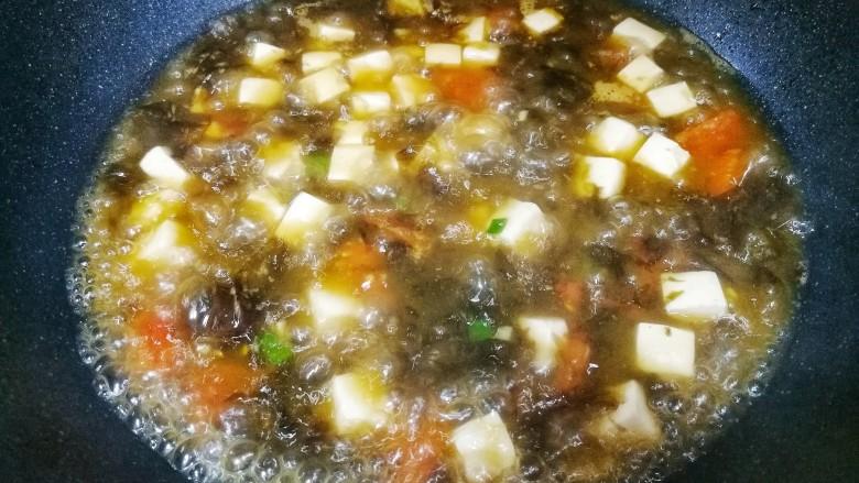 紫菜番茄豆腐汤,加少许盐,淋入<a style='color:red;display:inline-block;' href='/shicai/ 847'>香油</a>即可。