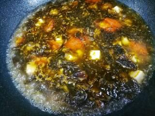 紫菜番茄豆腐汤,煮沸。