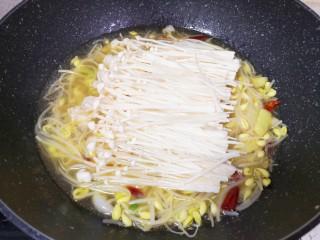 酸汤牛肉,下入金针菇翻炒均匀。