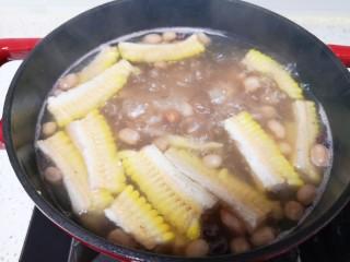 花生莲藕排骨汤,烧开以后继续小火煮半个小时关火。