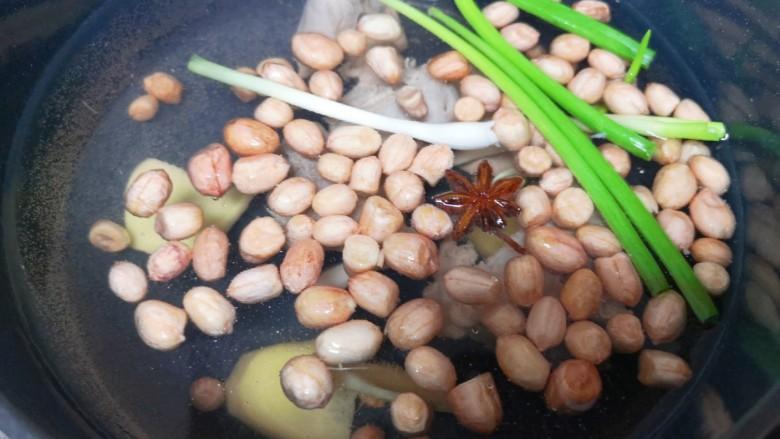 花生莲藕排骨汤,继续加热。