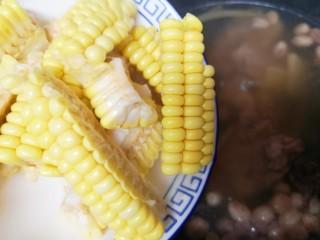 花生莲藕排骨汤,40分钟以后打开锅盖,下入甜玉米。