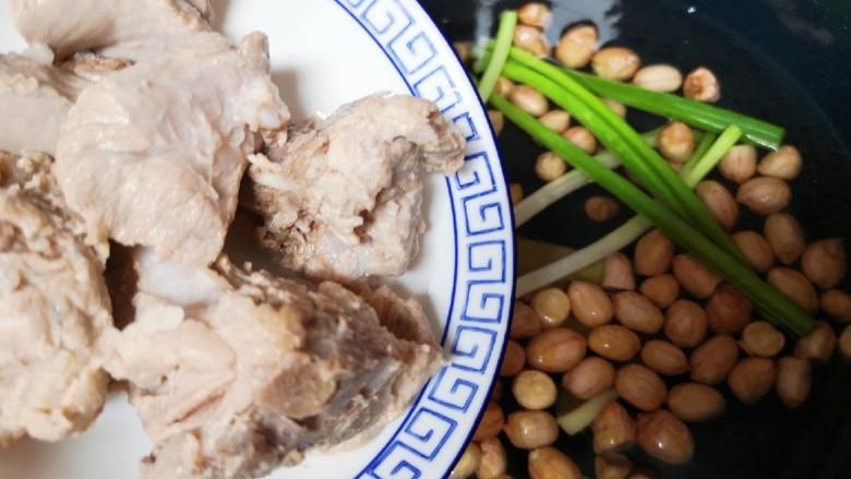 花生莲藕排骨汤,下入焯过水的排骨。