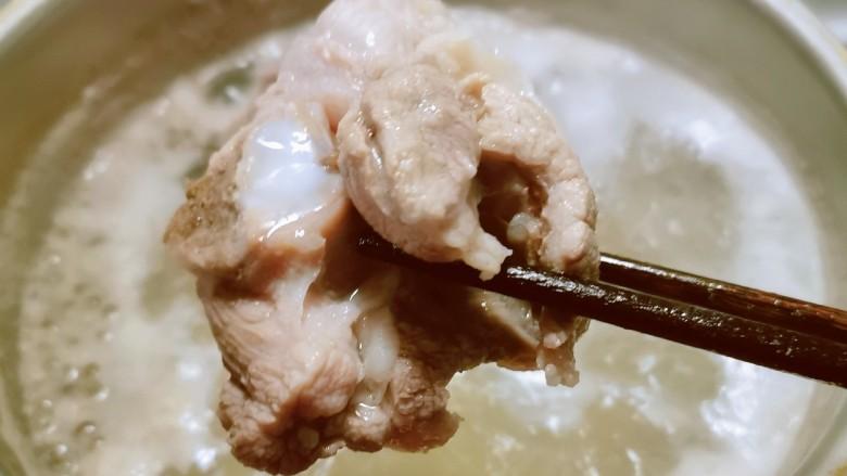 花生莲藕排骨汤,变色后捞出 清洗干净