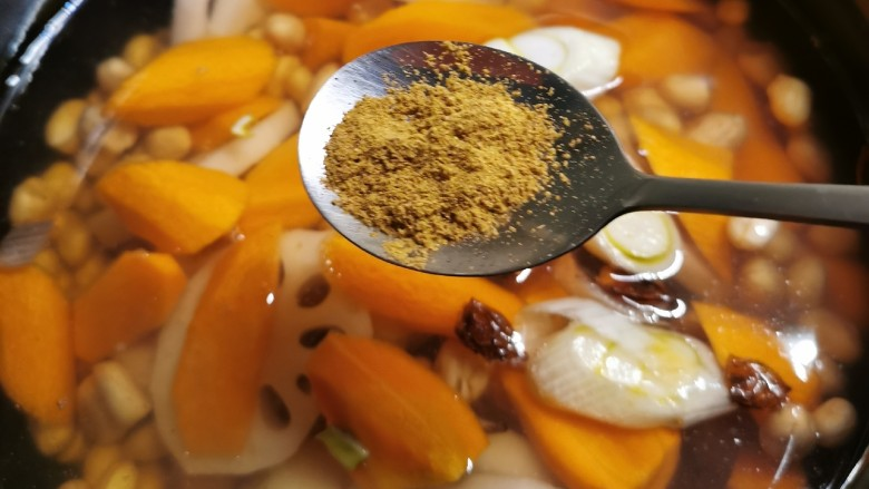 花生莲藕排骨汤,放入十三香粉 打开压力锅煲汤键 约30分钟成熟