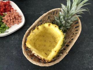 菠萝虾仁炒饭,中等大小菠萝切去一个盖,然后把果肉挖空,果肉切丁,如果你的菠萝大,可以一开二对半切开