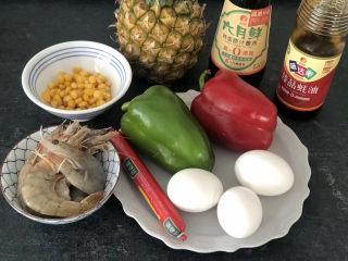 菠萝虾仁炒饭,首先准备好所有食材,米饭1碗,玉米,虾,青红椒,鸡蛋,香肠,菠萝,调料等