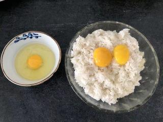 菠萝虾仁炒饭,一碗米饭加蛋黄2个搅拌均匀,剩下2个蛋清加一个鸡蛋打散