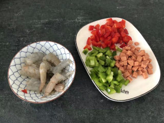 菠萝虾仁炒饭,虾去皮去虾线,然后一开二切开,青红椒和香肠切丁