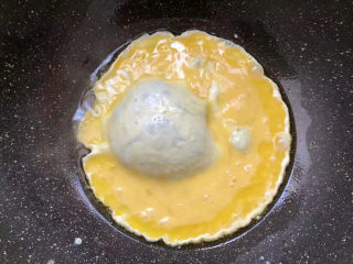 菠萝虾仁炒饭,倒入鸡蛋液翻炒