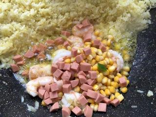 菠萝虾仁炒饭,放入香肠丁