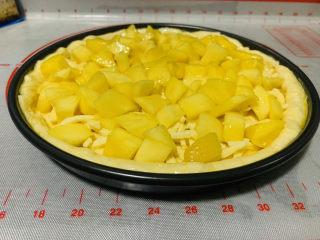芒果披萨,铺上一层芒果粒;