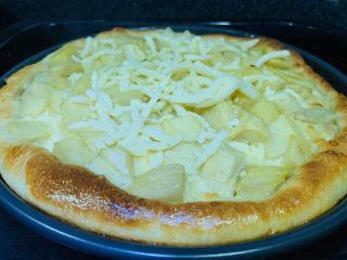 芒果披萨,烤12分钟左右,取出披萨,在面上撒剩下的芝士碎;