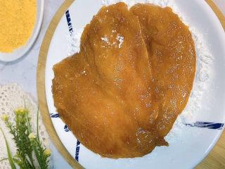 香酥鸡排,腌制好的鸡排先裹一层淀粉