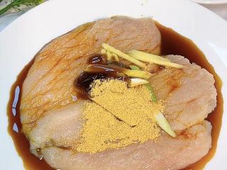 香酥鸡排,加入一勺生抽,一勺蚝油,一勺奥尔良腌料