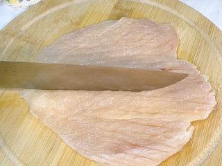 香酥鸡排,用刀背给鸡排做个按摩,注意力度不要太大,别给敲破了。
