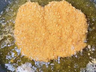 香酥鸡排,两面金黄即可出锅控油