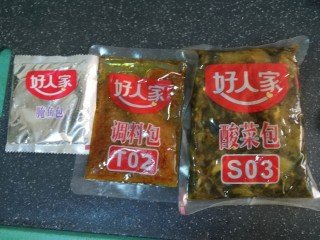 快手酸菜鱼,打开包装,里面有一包粉包,一般酱包,一包酸菜包