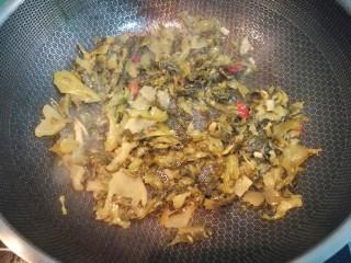 快手酸菜鱼,放入调料包中的酸菜包,炒出香味