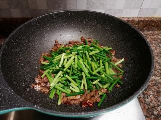 蒜苔炒牛肉,放入蒜苔翻炒片刻。