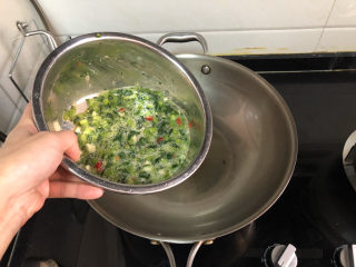 茼蒿炒鸡蛋➕柳眼春相续,热锅后,加入适量食用油,中火油温热,倒入茼蒿蛋液,中小火煎制