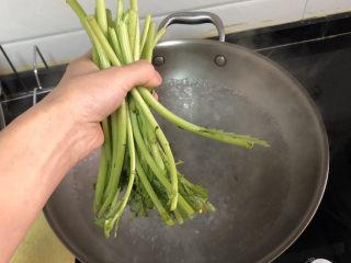 茼蒿炒鸡蛋➕柳眼春相续,加入茼蒿茎,烫半分钟,捞出