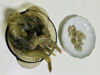 菠萝虾仁炒饭,虾洗净,剥壳