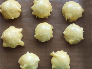 菠蘿面包,表面刷蛋黃液,用牙簽劃出紋路