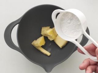菠蘿面包,提前室溫軟化的黃油中加入糖粉,攪拌均勻