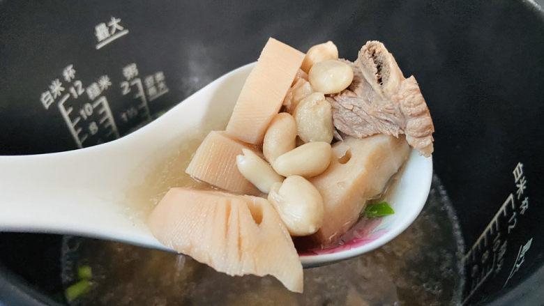 花生莲藕排骨汤,搅拌均匀