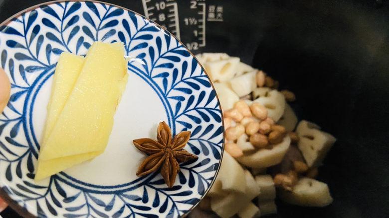 花生莲藕排骨汤,放入姜片和八角