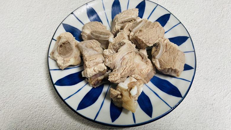 花生莲藕排骨汤,焯烫后的排骨清洗干净