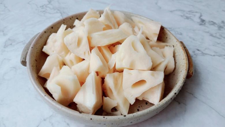 花生莲藕排骨汤,莲藕削皮切成滚刀块。