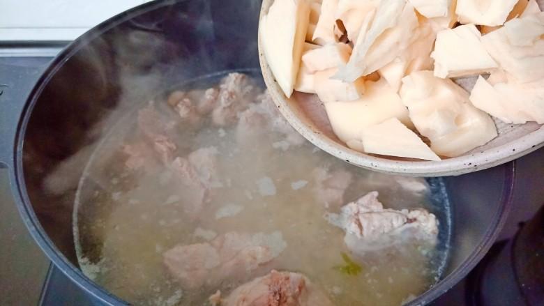 花生莲藕排骨汤,再加入莲藕。
