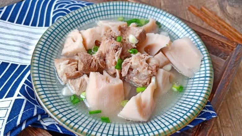 花生莲藕排骨汤,莲藕吃起来脆甜可口,汤汁鲜美而不腻。