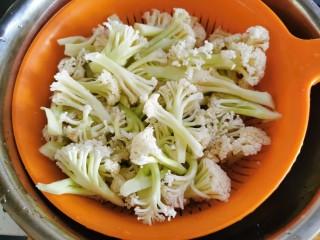 快手菜~干鍋菜花,切成更小的小塊,洗凈后瀝干水分