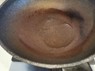 快手菜~干鍋菜花,鍋中放油,燒熱
