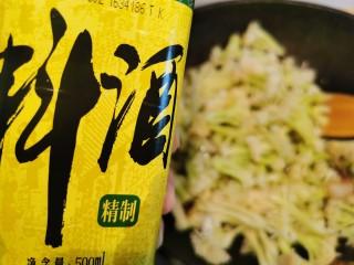 快手菜~干鍋菜花,加入適量料酒