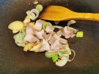 快手菜~干鍋菜花,加入五花肉炒香
