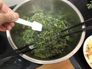 蒜泥茼蒿➕蒜泥蒸茼蒿,一茶匙食盐,拌匀
