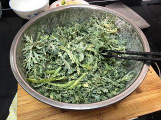 蒜泥茼蒿➕蒜泥蒸茼蒿,放入面粉玉米面,抓拌均匀,让茼蒿均匀裹上面粉
