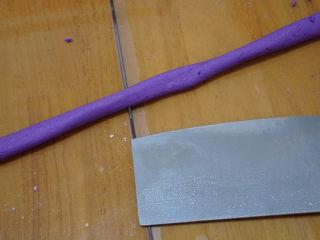 自制芋圆,取一小块,搓成小细条,切成一个个小剂子。