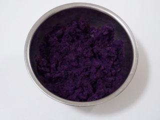 自制芋圆,上锅大火蒸熟,用筷子试试,软烂即可,稍微晾凉后,把红薯和紫薯分成两份,分别捣成泥状,越细腻越好。