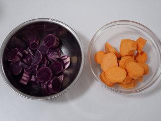 自制芋圆,红薯和紫薯洗净去皮,切成块状