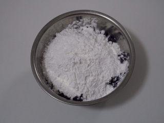 自制芋圆,等不烫手了,往里边加入木薯粉和少许的生粉(中途发现单独使用木薯粉难以揉成团、于是加了少许生粉)再倒入适量的开水,揉成不粘手的面团。