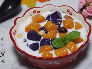 自制芋圆,加上自己喜欢的食物,我加了纯牛奶、坚果。