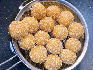 南瓜麻球,南瓜球表面焦黄,漂浮起来就是好了